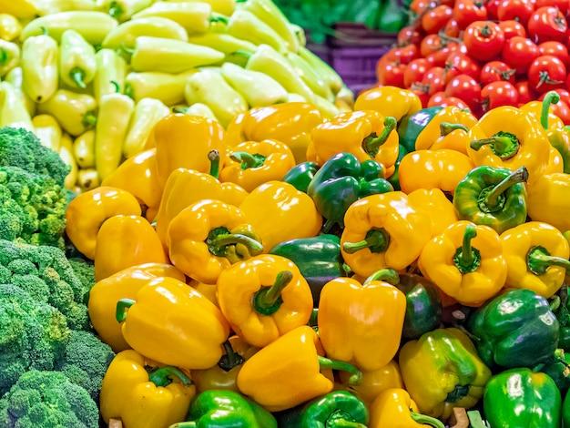 Varietà di verdure su un bancone del mercato