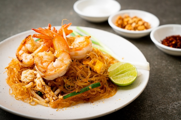 Vermicelli pad thai o thai saltati in padella vermicelli con gamberi. stile di cibo tailandese