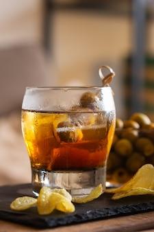 Vermouth olive patate fritte su un tavolo a casa