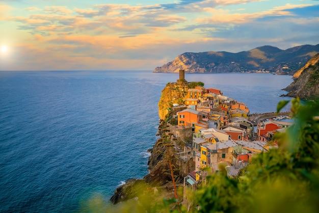 Vernazza, paesaggio urbano colorato sulle montagne sul mar mediterraneo nelle cinque terre italia europe