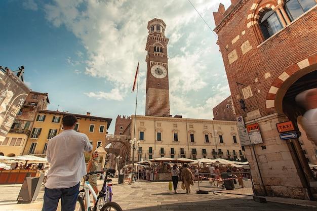 Verona, italia 10 settembre 2020: ampio angolo di visione di piazza delle erbe a verona in italia