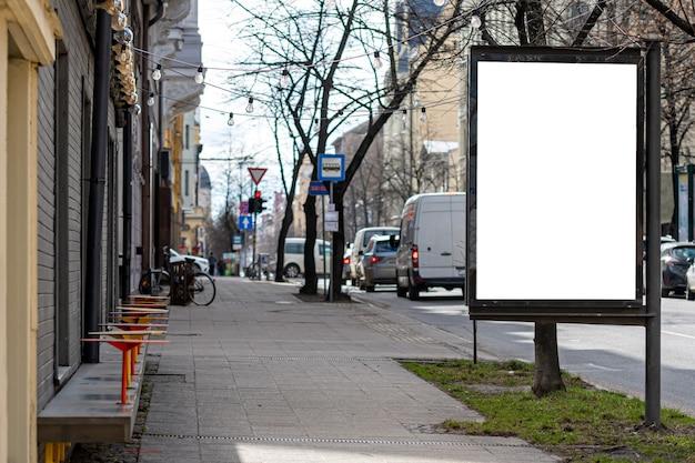 Tabellone per le affissioni verticale vuoto sulla strada della città, mock-up di pubblicità esterna