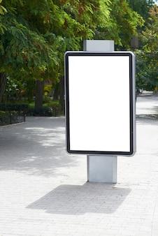 Tabellone per le affissioni in bianco verticale sulla via della città