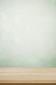 Tavola di legno marrone verticale e fondo verde della parete del cemento