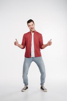 Immagine verticale dell'uomo felice che mostra i pollici in su