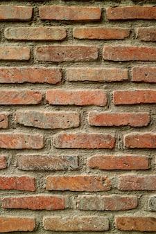 Immagine verticale del muro di mattoni stagionato nella città vecchia