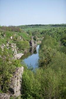Paesaggio verticale del fiume che scorre nel canyon