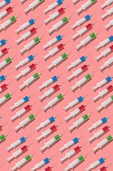 Modello medico verticale da siringhe monouso chirurgiche con siero rosso, verde e blu o farmaci per iniezioni