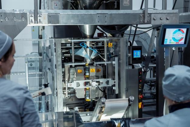 Pesatrice multitesta verticale confezionatrice snack e patatine in una fabbrica