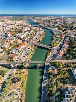 Panorama verticale dei ponti della città di tavira e del fiume gilao.
