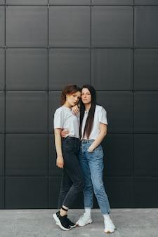 Foto verticale. belle ragazze in casuals coccole