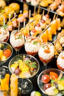 Foto verticale di deliziosi dessert alla frutta e alla crema per una festa o un compleanno.