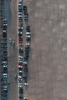 Foto verticale del parcheggio con auto e vista dall'alto copyspace