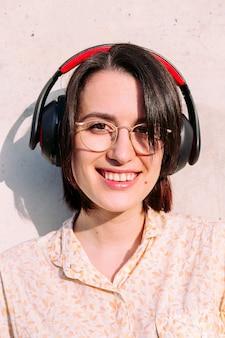Ritratto verticale di una giovane donna con le cuffie