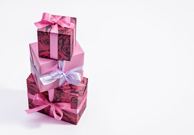 Set verticale di scatole regalo con nastri