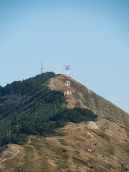 Ripresa verticale del bellissimo paesaggio di colline boscose vicino alla costa di bilbao