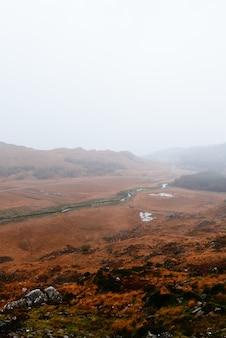 Ripresa verticale di un bellissimo paesaggio montuoso in irlanda