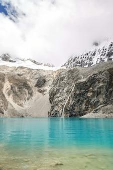 Ripresa verticale di una laguna blu nel parco nazionale huascaran huallin perù