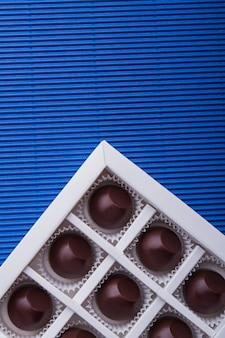 Scatolina verticale di dolci cioccolatini rotondi closeup