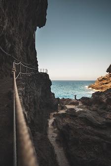 Colpo verticale di scogliere in riva al mare