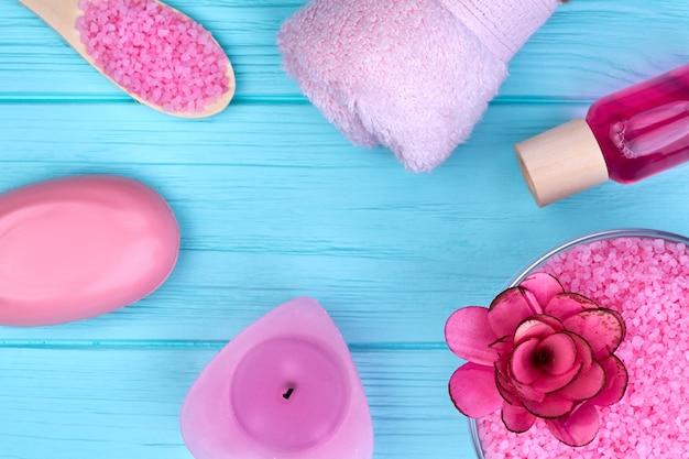 Accessori rosa piatti a posa verticale per bagno e spa