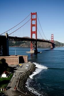 Colpo verticale del golden gate bridge negli stati uniti