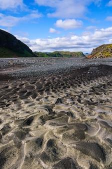 Ripresa verticale della vista del paesaggio dell'islanda sotto il cielo blu