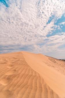 Colpo verticale della spiaggia di monsul in andalusia. spagna, mar mediterraneo