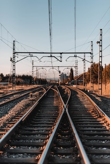 Colpo verticale di vecchie ferrovie al tramonto