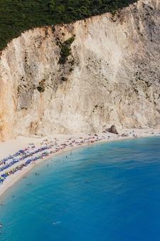 Ripresa verticale delle tende e dell'acqua turchese della spiaggia di porto katsiki a lefkada, grecia