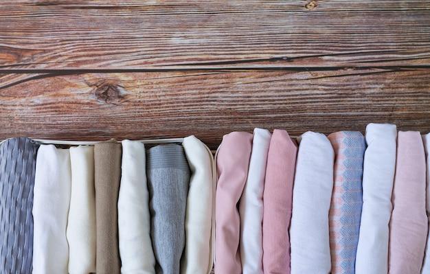 Stoccaggio verticale di indumenti.
