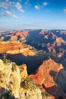 Vista verticale del grand canyon nella luce del mattino