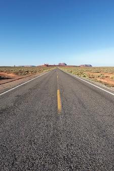 Vista verticale della lunga strada americana, usa