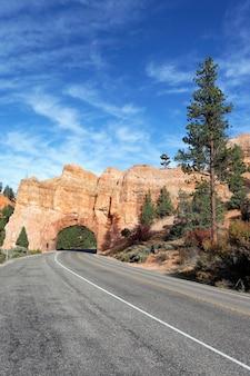 Vista verticale della strada per il parco nazionale di bryce canyon attraverso la vista verticale del tunnel