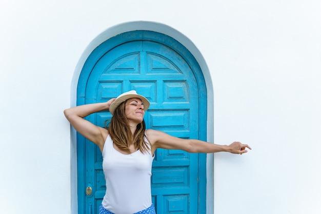 Vista verticale della donna che respira aria fresca durante le vacanze. destinazione europea di viaggio e d'estate in spagna.