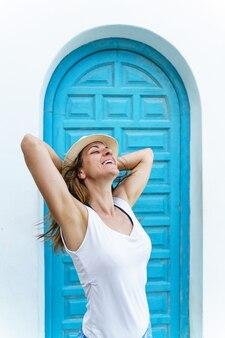 Vista verticale della donna in vacanza respirazione. donna sulla spiaggia sulla destinazione di viaggio spagnola.