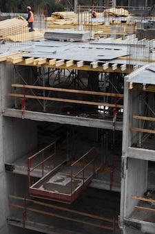 Vista grandangolare verticale in edificio residenziale in costruzione, spazio copia
