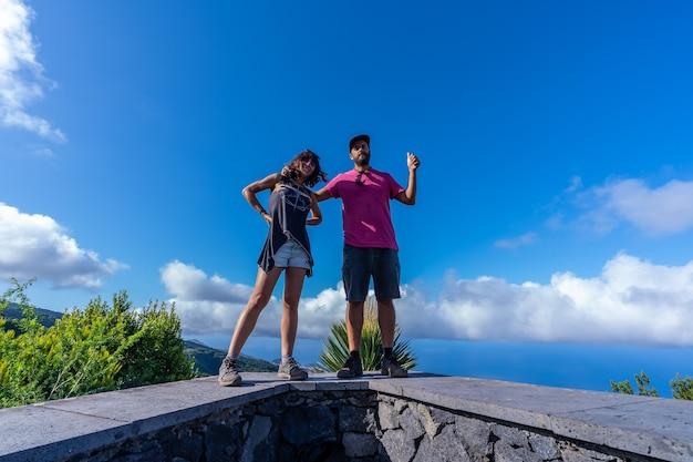 Una coppia molto felice in cima alla montagna dal punto di vista del cubo de la galga