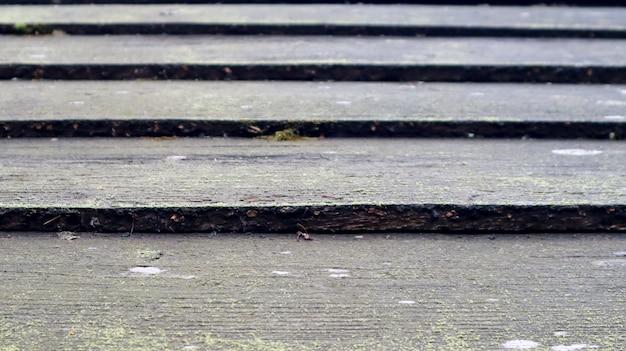 Tetto di tegole di legno grigio molto vecchio fatto di travi in legno nel castello, tavole di legno sono impilate. vecchio tetto fatto di assi di legno grigie. sfondi e trame.