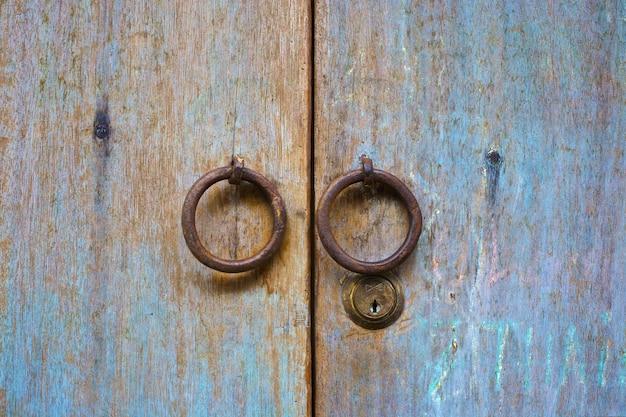 Porta in legno molto vecchia con pomello circolare