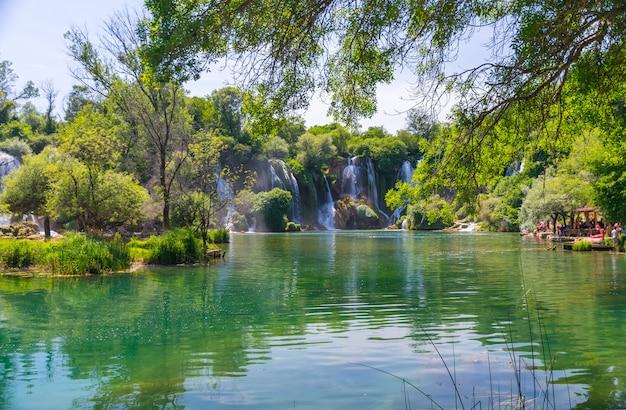 Una cascata molto pittoresca si trova nel parco nazionale di kravice in bosnia ed erzegovina.