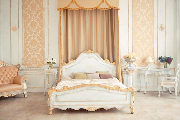 Interni molto ricchi dell'appartamento con decorazioni dorate alle pareti in stile barocco e mobili di lusso con vernice dorata.