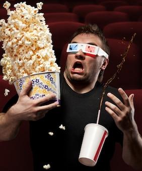 Uomo molto spaventato che guarda film in 3d