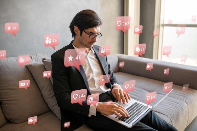 L'uomo d'affari molto sociale ottiene l'approvazione sui social media