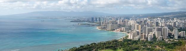 Scatto panoramico molto ampio della città costiera con acque azzurre