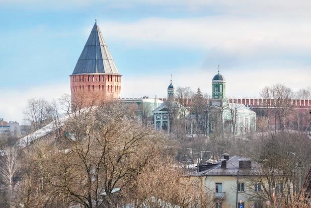 Torre veselukha e la chiesa dell'intercessione a smolensk sotto il cielo azzurro primaverile Foto Premium