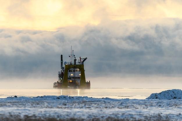 Nave impegnata nel dragaggio draga che lavora in mare nave che scava materiale da un ambiente acquatico