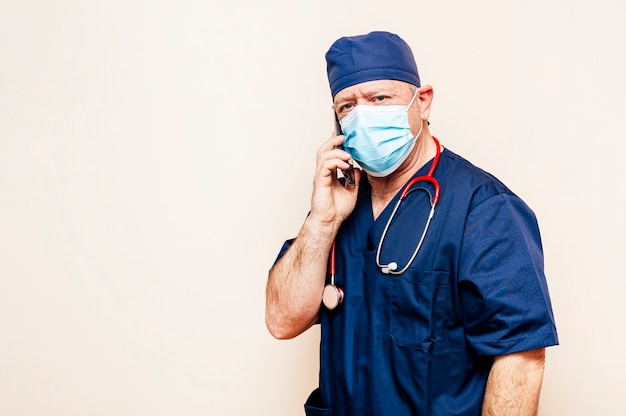 Medico veterano a parlare con uno smart phone