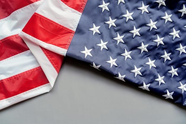 Bandiera americana di giorno dei veterani su sfondo grigio
