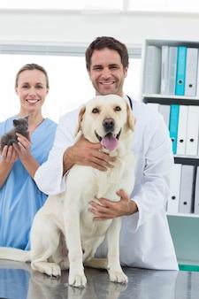 Veterinari con cane e gattino